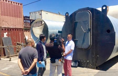 ロサンゼルスのシェルター工場でのTBS・NEWS23取材風景